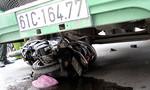 Container tông xe máy, mẹ chết, con bị thương