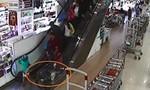 Bé trai 2 tuổi nhập viện vì bị 'kẹt' ở thang cuốn siêu thị