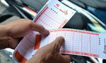Người dân chen nhau mua vé số tự chọn 'kiểu Mỹ' ở Sài Gòn