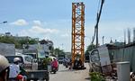 Cần cẩu nặng hàng tấn nằm giữa đường phố ở Sài Gòn