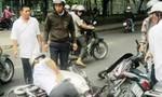Hai thanh niên tông thẳng xe máy vào người đi đường để cướp