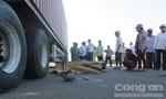Container tông xe đạp điện, hai người thương vong