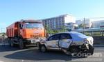 Đối đầu trên quốc lộ, hai xe hư hỏng nặng