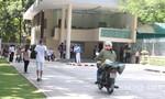 Xe máy lao vun vút trên hành lang giành cho người đi bộ ngay trung tâm thành phố