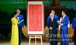 GS Vũ Khiêu tặng Đảng bộ, chính quyền và nhân dân TP.HCM bức trướng câu đối