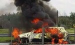 Xe ô tô 7 chỗ đang lưu thông bỗng phát hỏa cháy rụi trên đường cao tốc