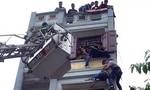Hàng chục cảnh sát giải cứu một thanh niên trèo lên toà nhà 5 tầng tự tử