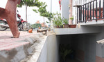 Clip: Người dân chật vật 'bò' vào nhà giữa lòng Sài Gòn