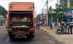 Một công nhân vệ sinh té từ xe rác xuống đường, tử vong