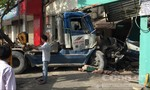 Quận 4: Xe đầu kéo lùa hai xe máy vào gầm, tông vào nhà dân