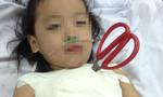 Bé gái 5 tuổi bị kéo cắt tôm đâm lút cán, xuyên thấu ngực