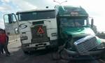 Hai container 'máng' nhau trên cầu Phú Mỹ, giao thông tê liệt