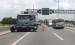 Xe tải ủi ô tô trên cao tốc, 4 người thoát chết gang tấc