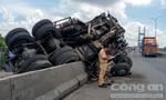 Xe tải cẩu nổ lốp, lật nhào trên cầu Phú Mỹ