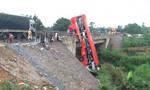 Xe khách mất lái tông gãy lan can cầu, nhiều người thương vong