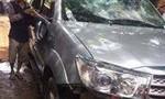 Nghi bắt cóc trẻ em, người dân chặn xe, đập vỡ kính ô tô