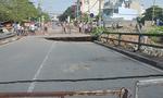 Cấm tất cả xe đi qua cây cầu bị sập ở Sài Gòn