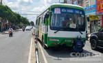 Xe buýt húc văng dải phân cách, nhiều người hốt hoảng