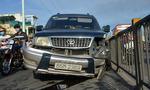 Ô tô nổ lốp trên cầu vượt, giao thông ùn tắc ngày đầu tuần