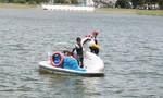 Du khách không mặc áo phao vô tư đạp vịt trên hồ Xuân Hương