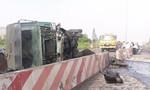Xe tải chở than tông dải phân cách lật ngang trên đường