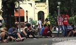 Clip: Hàng trăm bạn trẻ dừng xe dọc đường bắt Pokémon