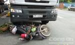 Xe máy nằm dưới gầm xe tải nhưng cặp vợ chồng vẫn may mắn thoát chết