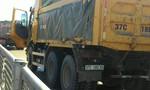Đeo logo 'lái xe an toàn', xe tải đâm xe trước nát đầu
