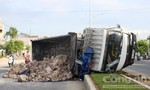 Xe tải chở bùn tông vào dải phân cách bị lật nghiêng trên đường