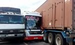 Vượt xe cùng chiều, xe khách đâm vào container, 2 người bị thương