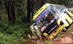 Xe khách mất lái lao xuống lề, đè lên xe tải đang 'nằm' đường