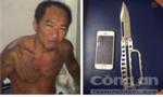 Hạ gục kẻ mang dao xông vào cửa hàng trộm iPhone