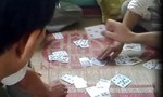 Nhóm người bán vé số dạo chơi bài cào ăn tiền 20.000 đồng một ván