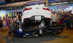 Ô tô 4 chỗ cuốn 6 xe máy vào gầm trên đường phố Sài Gòn