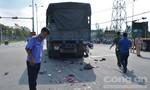 Xe máy cuốn vào gầm xe tải khiến 2 người tử vong