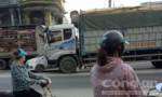 Xe tải đâm xe con sang đường, giao thông kẹt cứng trên quốc lộ