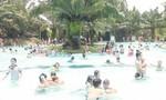 Hồ bơi trong khu du lịch chật ních người vui chơi trong ngày nghỉ lễ