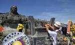 Người dân đến tham quan tượng đài Mẹ Việt Nam anh hùng