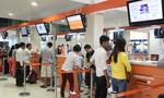 Sân bay Tân Sơn Nhất rớt mạng, hành khách làm thủ tục thủ công