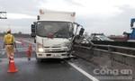 Xe tải tông dải phân cách trên đường cao tốc, tài xế thoát chết