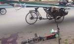 Va chạm xe xích lô, bé trai bị tôn cứa trúng cổ tử vong