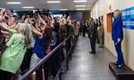 Đám đông đồng loạt quay lưng với bà Hillary chỉ để chụp ảnh 'tự sướng'