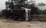 Cảnh sát giao thông giải cứu tài xế xe tải bị lật trên đèo Lò Xo