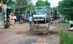 Người dân chặn xe chạy gây hư hỏng đường liên thôn