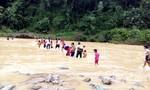 Ngày khai giảng, giáo viên vất vả cõng học sinh qua sông