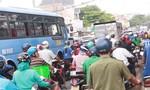 Hàng ngàn phương tiện 'chôn chân' trên đường Bùi Văn Hòa