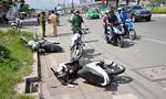 Ô tô húc văng 3 xe máy ở cửa ngõ Sài Gòn
