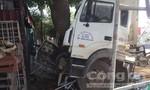 Xe tải đang đậu bên đường bị container đâm phải, 1 người nguy kịch