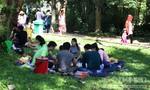 Khách đi chơi Tết tây vô tư ăn nhậu trên thảm cỏ Thảo Cầm Viên