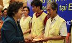 Nguyên Phó Chủ tịch nước Trương Mỹ Hoa trao quà Tết cho bệnh nhân nghèo